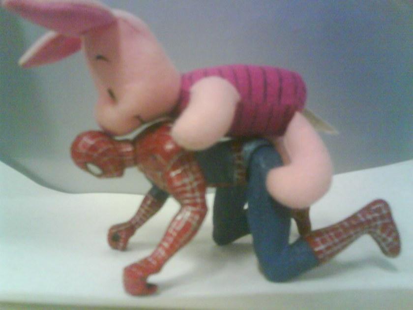 Como é que o pessoal faz um boneco do homem-aranha nessa posição...?