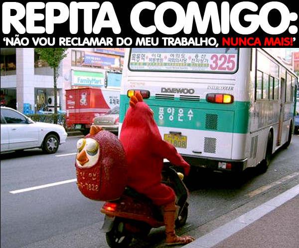 Claro, uma galinha de motoca, fazendo suas entregas!